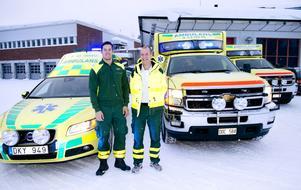 Idel glada miner. Petter Bergius, ambulanssjuksköterska, och Mika Nevalainen, enhetschef för ambulanserna i Sundsvall, är glad över den nya Chevroletambulansen till höger som kommer att ersätta de betydligt mindre Volvo-bilarna.