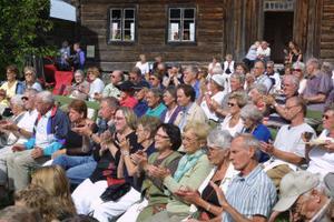 Uppskattningsvis 500 personer infann sig till Ersk Mats-gården.