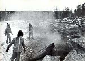 De sista resterna av Bäckby gård eldas upp. Alltid värmde det något och i varje fall pojkarna höll sig varma, stod det i VLT 29 december 1978.