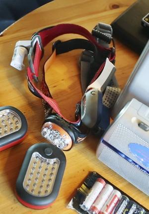 Pannlampor, ficklampor och batterier. Viktigt i en krissituation.