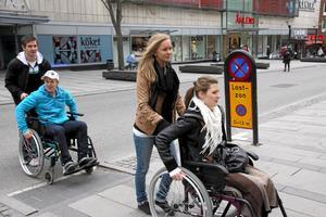 Blir bättre. Västerås arbetar för att förbättra tillgängligheten för personer med funktionsnedsättning, skriver Carl-Johan Nordström (S) Bilden visar när elever från Rudbeckianska gymnasiet testade livet i rullstol. foto: VLT:s arkiv.