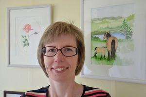 Eva Jansdotter vid ett par av sina akvareller som hon visar i Tubbahalla den 2-3 juni