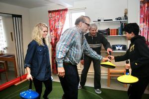 Att spela mattcurling är en sysselsättning som passar både unga och gamla. Det visade Anna Olson, Rolf Kinnestam, Kurt Andersson och Filip Lindmark.
