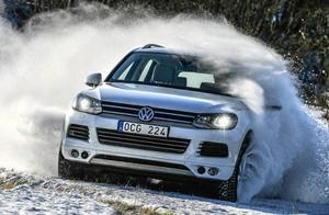 VW Touareg har fått sitt namn efter ett nomadfolk som lever i Saharaöknen, men bilen är synnerligen kompetent även i svenskt vinterlandskap. Fast bara tre procent av köparna utnyttjar bilens fulla förmåga.Foto: Anders Wiklund/TT