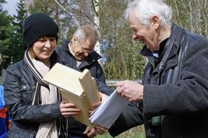 Fågelklubbens ordförande Staffan Müller uppvaktar kommunalrådet Ulrika Liljeberg med en fågelholk.