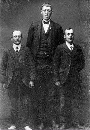Petrus Nordin mätte hela 218 centimeter och var därmed bra mycket  längre än sina jämnåriga bröder Johannes och Paul. Den här bilden av trion togs i Anders Olssons fotoateljé i Sandviken för omkring hundra år sedan.