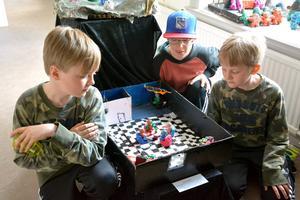 Fjärdeklassarna Filip Nordström, Olle Grundström och Victor Sandlund på Själevadskolan har byggt modellen med baren där bargubben Lännart och sångaren Börje finns.