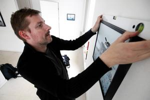 Fredrik Lindberg ställde ut i Östersund för fyra år sedan, nu är han tillbaka med drömska bilder i mer blåaktiga nyanser.