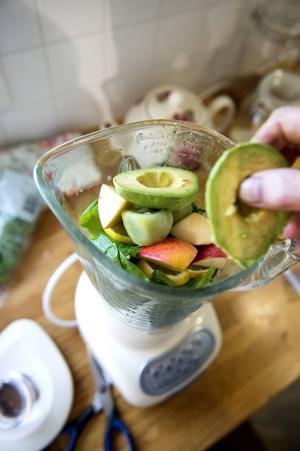 En grön smoothie till mellanmål innehåller grönkål, spenat, ingefära och citron.