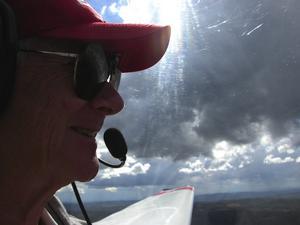Pilot. Ingmar Lind njuter i lufthavet över Leksandsbygden. Flygklubbens motorseglare har en marschfart på cirka 150 kilometer i timmen och det möjliggör även lite längre resor - kanske en tur till Göteborg över dagen. Foto:Göran Persson