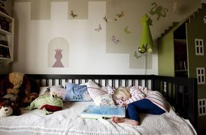"""Ett rum för en tuff prinsessa. """"När Agnes kom var hon ju vår lilla prinsessa och så fick jag idén till att måla en slottssiluett på väggen"""", berättar Frida, som hunnit måla om siluetten i ny färg sedan dess."""