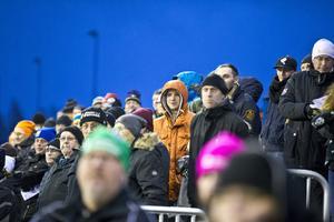 700 åskådare trotsade regn och vind för att se det första mötet mellan Bissen All Stars och Köpings IS i december 2015.