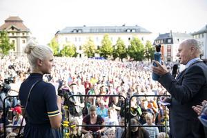 Från firandet av Jenny Rissveds OS-guld på stora torget i Falun.