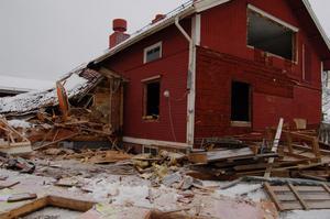 Rivningen av skolbyggnaderna vid Strandens skola har inletts. Först är det Slussen som faller för skoporna.