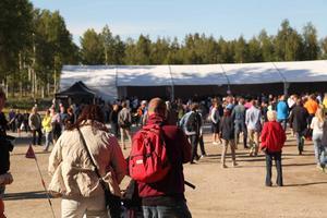 På området serverade flera restauranger mat, det fanns även live musik med de två lokala grupperna Nylands Järn och Crash n'recovery.
