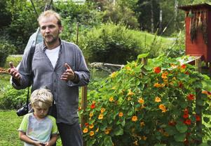 Anders Persson, Studiefrämjandet, med sonen Edwin. Tillsammans med Bengt Sundström från Naturskyddsföreningen höll han i onsdagens diskussionsträff om gemensamhetsodling.