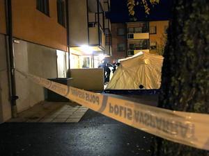 Gefle Dagblad var på brottsplatsen vid 06-tiden. Polisen hänvisade alla frågor till förundersökningsledaren.