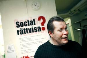 Vet hur det är. Rolf Karlsson möter många ekonomiskt svaga Gävlebor genom sitt engagemang i RFHL och det europeiska året för bekämpning av fattigdom och social utestängning. Och han har själv varit ett av de där fattiga barnen, som inte kunde få en cykel eller följa med på klassresan.