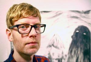 Daniel Jenssonvisasr troll och häxor på sina kolteckningar på Ahlbergshallen.
