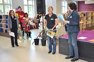 RÖRD. Ungdomspolisen Ulrika Hillerstig blev mycket rörd då hon fick motta priset som Årets eldsjäl 2011. Prisutdelare var Pia Wårdsäter (S). På bilden också kultursekreterare Ulrika Eriksson.