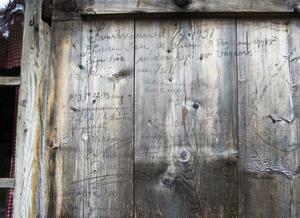 Personer som förr i tiden besökte Svartvallen har skrivit sina namn på byggnaden, och därmed blivit en del av historien.