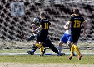 nära kvittering. Hallsta var nära kvittering och en poäng på slutet men Fredrik Blomberg stod i vägen.