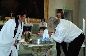 Maximilian Nylin var nummer två i raden av barn som i lördags döptes på löpande band i Gustafs kyrka.