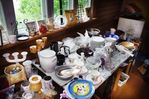 Fynd. Porslin, glas, ljusstakar och prydnadsföremål. På scouternas loppis hos Elvy Eriksson i Österbor finns massor att botanisera bland.