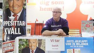 Försäljning av bingolotter i 25 år har gett en bra slant till ungdomsidrotten. Dessutom en rad glada vinnare. Mats Wahlström har sin fasta plats innanför entrén till Hemköp i Östersund.