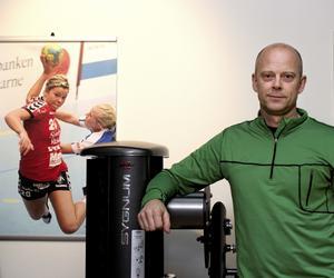 """Lars-Åke """"Lalla"""" Dickfors bredvid en bild av dottern Jessica, som numera spelar handboll för Guif."""
