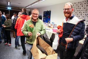 Anders Österlund (till höger) kom med en uppskattad invigningsgåva – ett par cykeldäck.