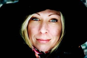 """Cinna Bromander drabbades av en stroke för fem år sedan. I dag är hon en populär föreläsare i ämnet """"Den nya Cinna"""". Hon är bokad på en Sverigeturné fram till november.      Foto: Henrik Flygare"""