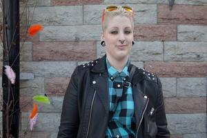 Jane Josefsson, Östersund   Jane vet hur man byter däck och har gjort det själv. Hon har lärt sig hur man gör av sin pappa.    – Just nu håller jag på att ta körkort, säger hon.