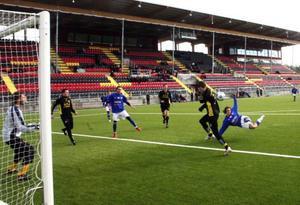 Rickard Hamner klipper in 1–0 till Frösön liggande på helvolley. Ett riktigt snyggt mål. Foto: stefan nolervik