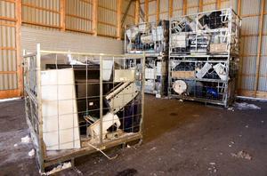 Elektroniken som lämnas in på återvinningscentralen placeras i burar innan de fraktas vidare där prylarna plockas isär och sorteras.