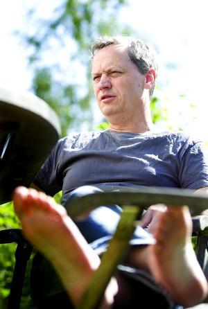 Sedan i november har Thomas Fahlander följt Thore Skogman för sin roadmovie om landets flitigaste låtskrivare och artist.