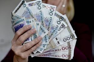 400 kronor ska kvinnan enligt åtalet ha tagit från mannen på gruppboendet.