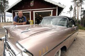 Bilutställare. En hobby att visa upp, det har Micke Bozell med ett helt garage i 50-talsstil.