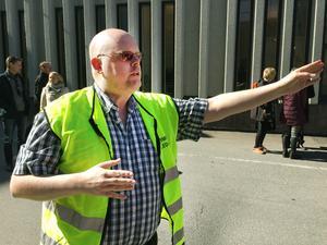 Huvudskyddsombud Jan Ernheimer visade medarbetarna var de skulle samlas.