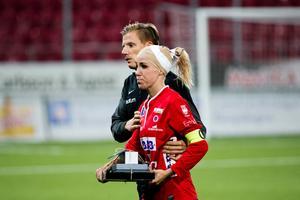 Sargad hjälte. Elin Magnusson fick många smällar under säsongen. Men kämpade ändå från första till sista minut. Här leds hon av planen tillfälligt av assisterande tränaren Johan Svensson.