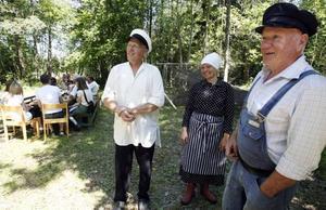 KULTURVANDRING. Olle och Camilla Östblom, samt Kjell-Åke Ederyd var tidsenligt klädda när årets kultur- och naturvandring ägde rum i Gårdskärs fiskehamn.
