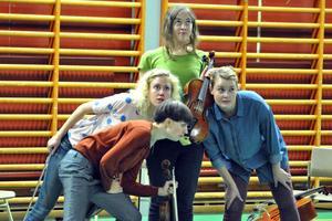Knapp Brita Pettersson, Linnea Hällqvist och Stina Larsdotter hör ett mystiskt ljud och undrar om det kan komma från Maria Jonssons viola.