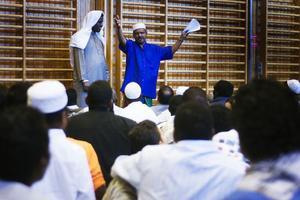 De tillfälliga lokalerna räcker inte till för söderhamns flera hundra muslimer. En moské behövs, tycker muslimska föreningens ordförande Rizvi Ismail och fick applåder under söndagsmorgonens stora bönestund, som hölls i gamla Kvarnmyraskolans gymp sal.