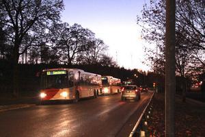 En bussficka längs vägen, med plats för tre bussar, hade underlättat för landsortsbussarna ska vänta in stadsbussarna, enligt Fredrik Andersson, busschaufför.