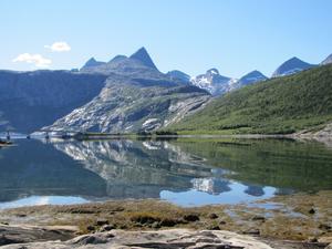 Spegelblank fjord söder om Bodö.