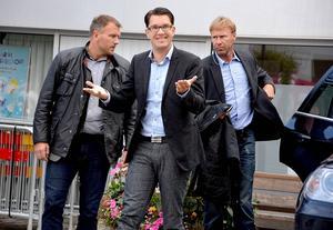 Jimmie Åkesson hade anledning att le i regnet, då många hade samlats på torget i Ånge för att lyssna på honom.