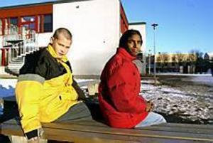Foto: LARS WIGERT Tråkigt. Sebastian Ehn och Katarina Eriksson (dotter till Margareta Lindquist) bytte från Stora Sätra till Stenebergsskolan den här höstterminen. När cirka två månader gått får de veta att de kanske måste byta skola igen.