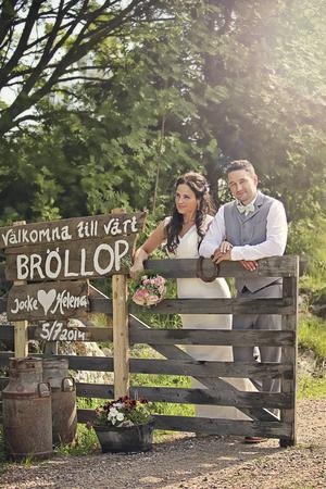 En fin grind med personliga skyltar välkomnade Helena och Jocke Tjärnströms bröllopsgäster. Foto: Stine Branderud