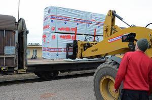 Ett precisionsarbete att få de stora virkespaketen på godsvagnarna.