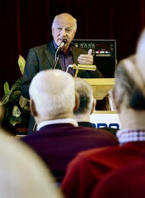 Ordföranden talar. Curt Persson, ordförande i PRO:s riksorganisation, talade under årsmötet som Örebro-distriktet förlagt till Bångbro.
